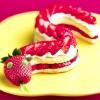 Полуничний десерт у вигляді змії