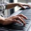 Хлопчик зіграв на піаніно за допомогою погляду