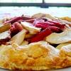 Відкритий пиріг з яблуками і ревенем