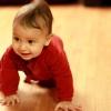 Народжені взимку діти починають раніше повзати
