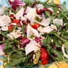 Салат з авокадо, в'яленими помідорами і кедровими горішками