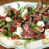 Салат з інжиром, моцарелою і пармською шинкою