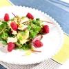 Салат з яблуками та сиром брі