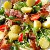 Салат із запеченою картоплею, беконом і помідорами