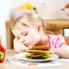 Чи варто примушувати дитину з'їдати все