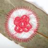 Унікальна вишивка на листках